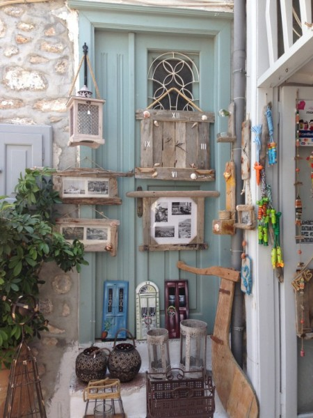 I saw this really beautiful craft store as we strolled around Poros. I can imagine the life of the owner, simple, beautiful, by the sea, everyday in white floaty dresses and a nice hat, meeting new people, tourists, locals and maybe writing books about it all… Sigh!